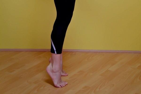 تمرین بالا بردن پاشنه پا برای تقویت زانو