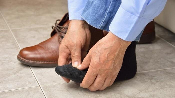 بی حسی و خواب رفتن انگشت پا ناشی از ایستادن طولانی یا کفش نامناسب